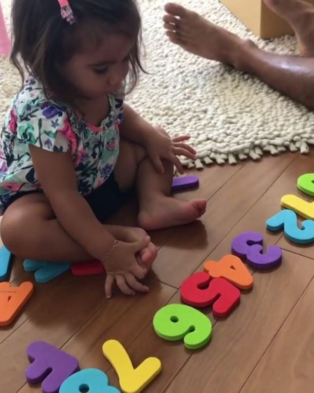 Maria Flor aprendendo os números (Foto: Reprodução/Instagram)