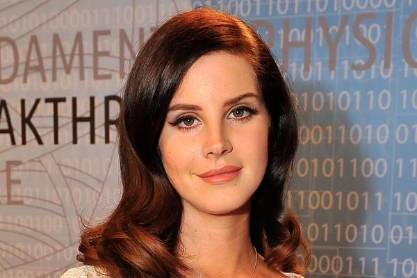 Os problemas de Lana Del Rey com a bebida surgiram bem antes da cantora se tornar famosa. Seus pais a mandaram para um colégio interno aos 14 anos, para ajudá-la a lidar com o vício. Hoje, Lana diz que está sóbria há 9 anos (Foto: Getty Images)