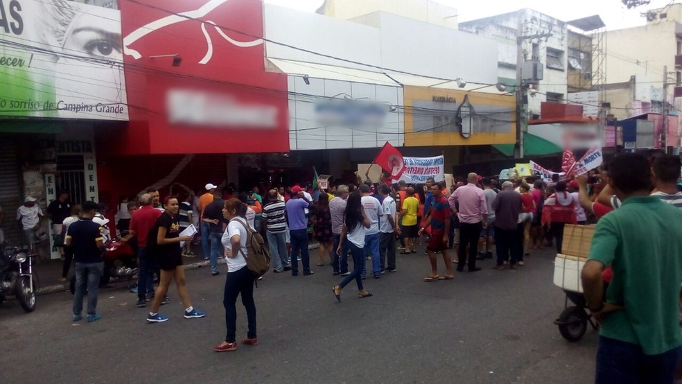 Manifestação na Avenida Marquês do Herval (Foto: Felipe Valentim/TV Paraíba)