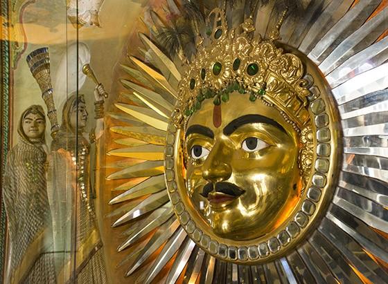 Emblema do Sol, representação da divindade Surya, feito em cobre e revestido de ouro, no Palácio Real; foi criado por um soberano recente, Maharana Bhupal Singh que reinou entre 1930 e 1955 (Foto: © Haroldo Castro/Época)
