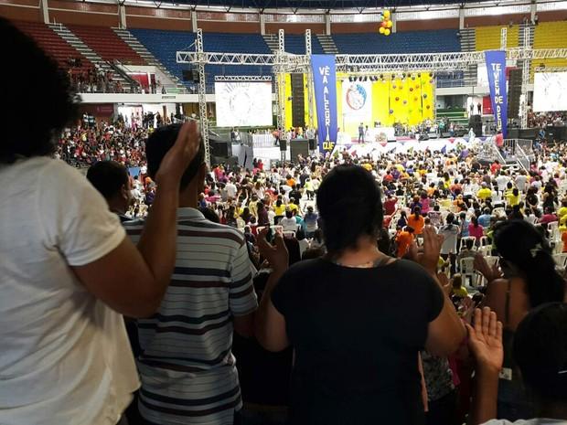 Católicos participam de oração durante a 30ª edição do Rebanhão em Brasília (Foto: Raquel Morais/G1)