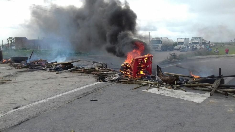 Divisa entre Paraíba e Pernambuco, na BR-101, foi interditada por manifestantes (Foto: Nucom/PRF-PB)