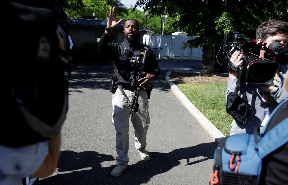 Funcionário do Serviço Secreto dos EUA pede que jornalistas saiam da ala norte da Casa Branca, após indivíduo pular a cerca da residência oficial do governo americano (Foto: REUTERS/Joshua Roberts)