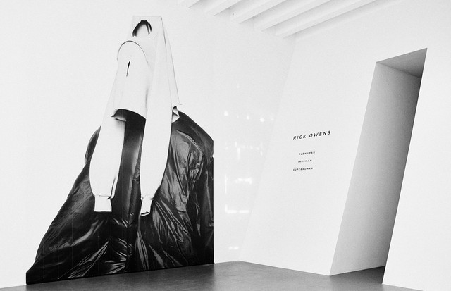 The entrance to the Rick Owens exhibition at the Triennale in Milan (Foto: OWENS CORP)