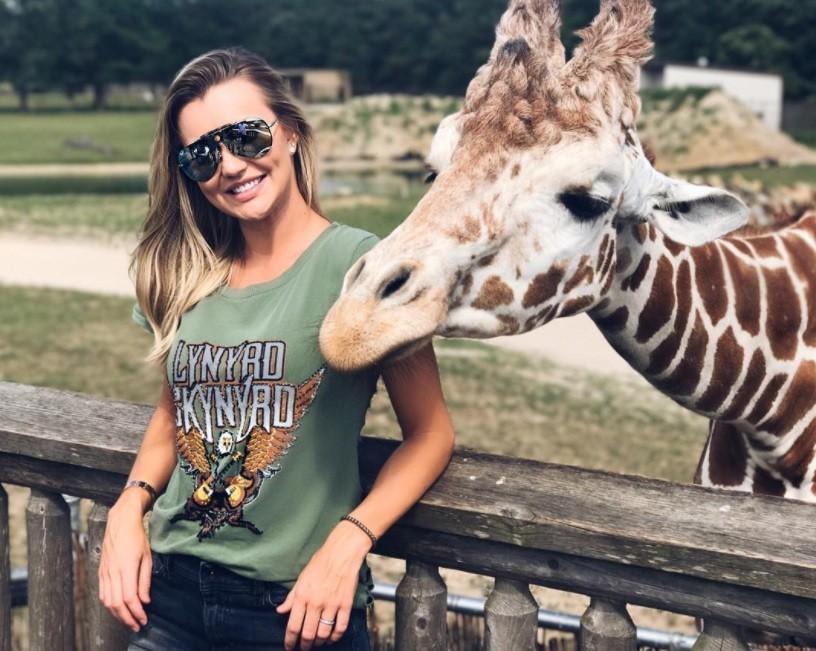 Ana Paula Siebert  e girafa (Foto: Reprodução/Instagram)