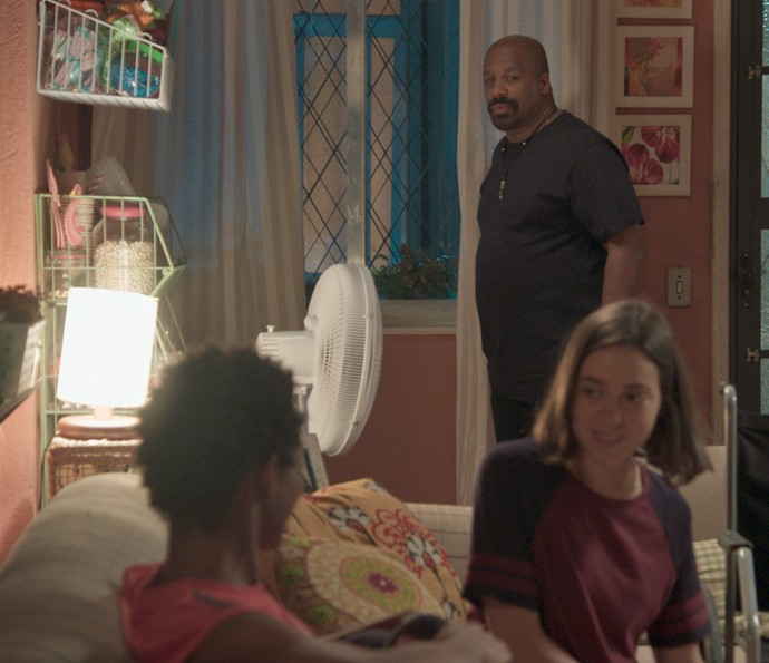 Florisval dá força para Wesley e Janaína ficarem juntos (Foto: TV Globo)