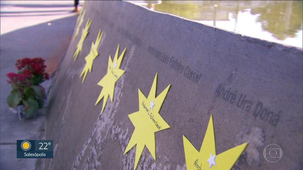 Estrelas com nomes de vítimas foram colocadas em volta de espelho d'água construído em volta de árvore que sobreviveu ao acidente (Foto: Reprodução/TV Globo)