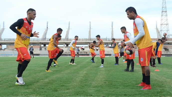 Elenco do São Raimundo fez um treino coletivo no estádio Colosso do Tapajós (Foto: Adonias Silva/GloboEsporte.com)