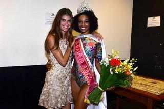 Carol Francischini, jurada do concurso, e a Rainha Rio 450 (Foto: Roberto Teixeira / EGO)