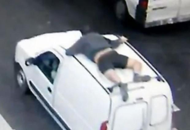 Polonês se segurou no teto do veículo para recuperar sua mercadoria (Foto: Reprodução)