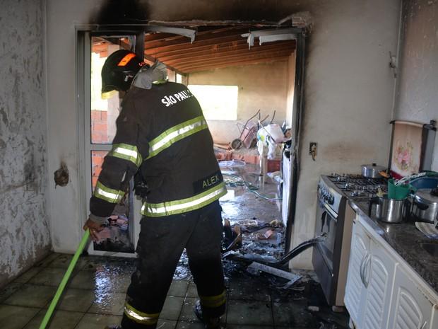 Quando bombeiros chegaram, apenas o botijão continuava em chamas (Foto: Júlio Leite/Arquivo pessoal)