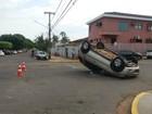 Carros batem, um tomba e motoristas e passageiros saem ilesos em MS
