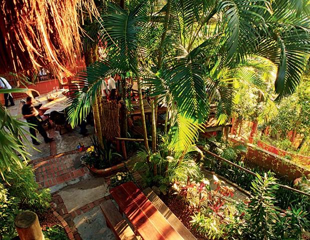 Em meio às plantas e árvores, o restaurante Aprazível, no alto de Santa Teresa: mesas sempre disputadas (Foto: Foto Berg Silva/Agência O Globo)