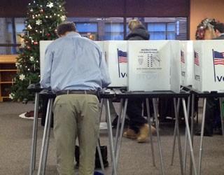 Os primeiros votantes na cidade de Madison, Wisconsin, usam cédulas em dia de votação (Foto: Ryan Rainey/Especial para o G1)