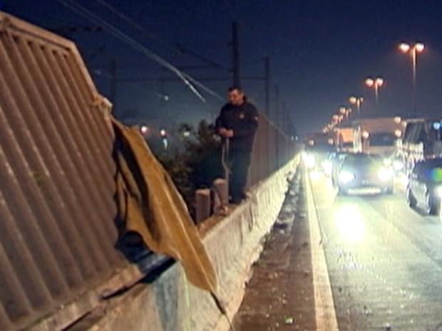 acidente caminhão muro (Foto: Reprodução/RBS TV)