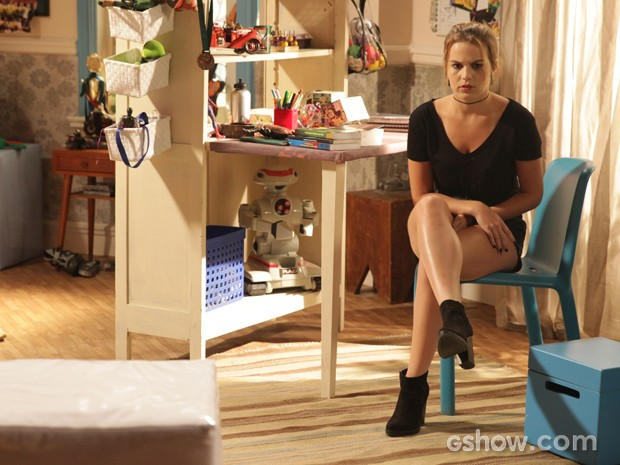 Anita fica apreensiva com a novidade descoberta (Foto: Pedro Curi / TV Globo)