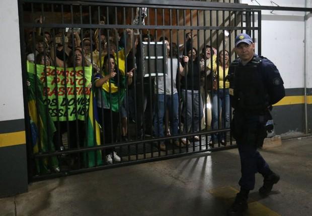 José Dirceu é alvo de protestos ao chegar em apartamento (Foto: Fabio Rodrigues-Pozzebom/ Agencia Brasil)