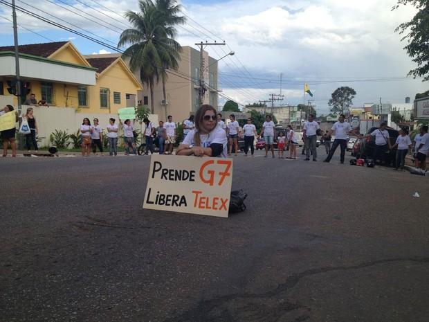 A rua Floriano Peixoto também foi fechada pelos divulgadores  (Foto: Duaine Rodrigues/G1)