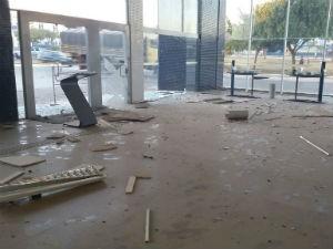 Parte da estrutura do banco ficou destruída (Foto: Blogbraga/Repórter Edivaldo Braga)