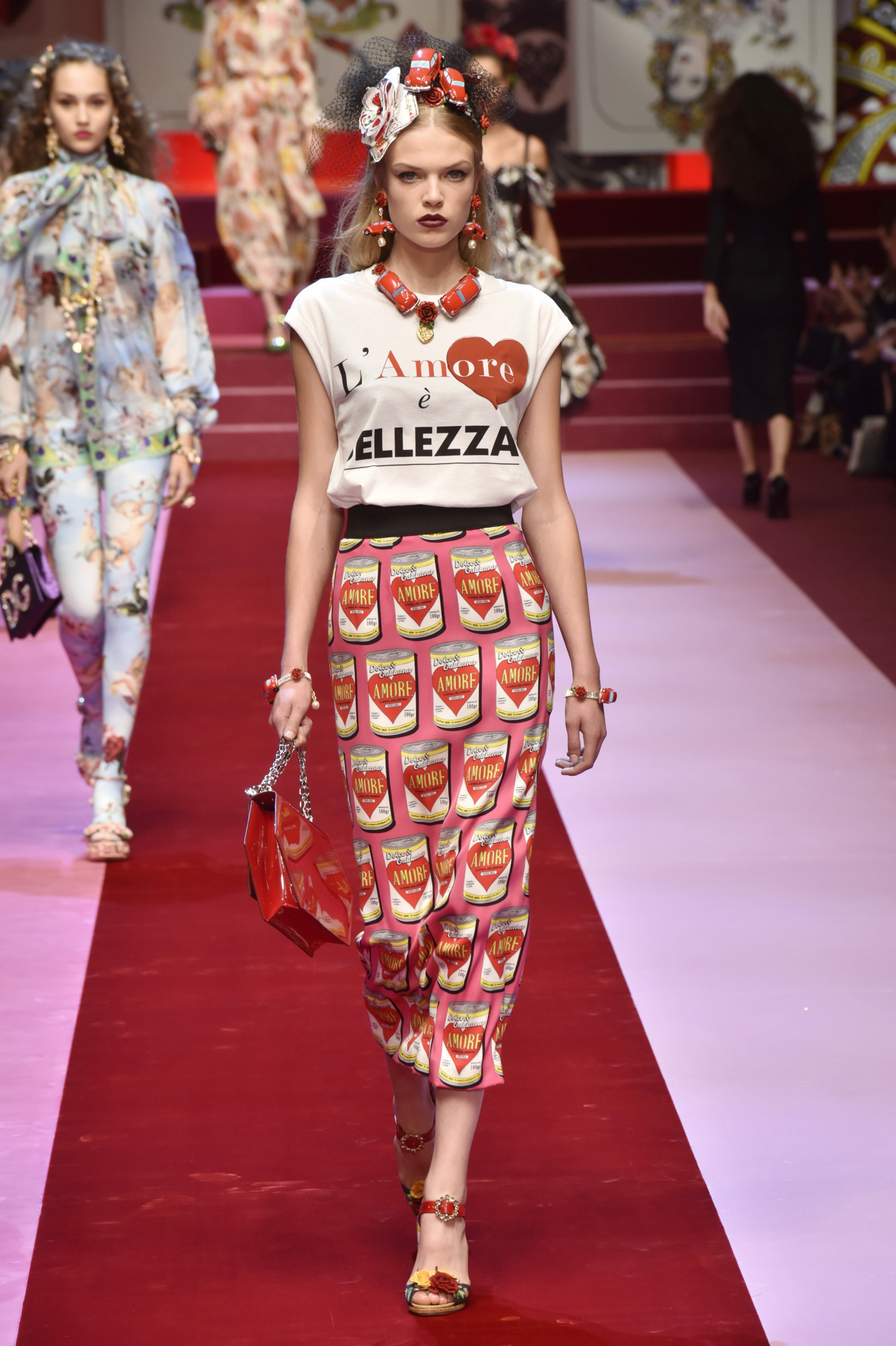 MILAN, ITALY - SEPTEMBER 24:  A model walks the runway at the Dolce & Gabbana Spring Summer 2018 fashion show during Milan Fashion Week on September 24, 2017 in Milan, Italy.  (Photo by Catwalking/Getty Images) (Foto: Getty Images)
