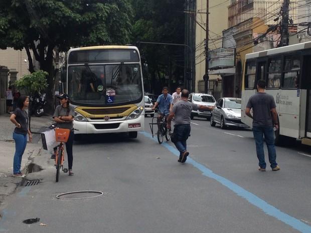 Peritos analisam a forma como a ciclista Júlia Rezende foi atropelada por um ônibus na Rua São Clemente (Foto: Guilherme Peixoto/ TV Globo)
