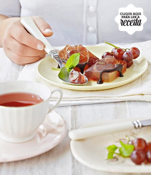 A gelatina de uva e melão é light demais para o seu gosto? Incremente com uma calda de chocolate meio amargo  (Foto: StockFood /Great Stock!)