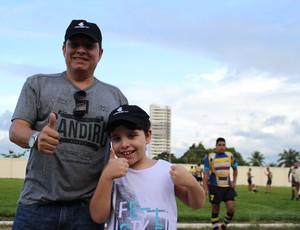 João Pedro neto e o filho caçula Rafael no amistoso (Foto: Daniele Lira)