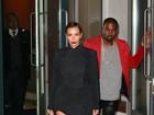 Kim Kardashian mostra pernas em noitada com o marido, Kanye West
