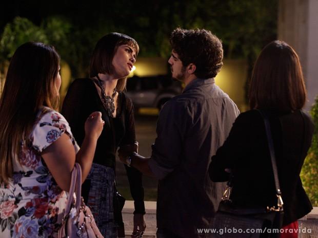 O médico tenta falar com Patrícia, mas ela não quer mais saber de Michel (Foto: Amor à Vida / TV Globo)