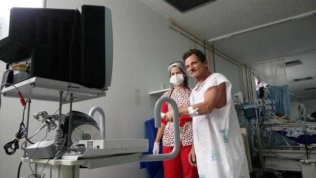 O padeiro Osvaldo havia perdid os movimentos do lado esquerdo do corpo após um AVC. Ele se recuperou em cerca de uma semana (Foto: Derek Gustavo/G1)
