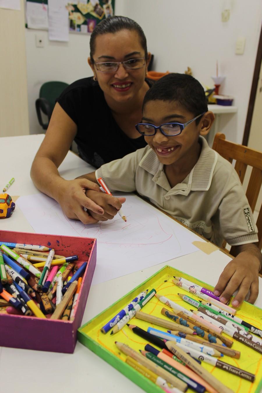 Mãe acompanha atividades do filho quatro dias na semana no Centro de Reabilitação (Foto: Patrícia Andrade/G1)