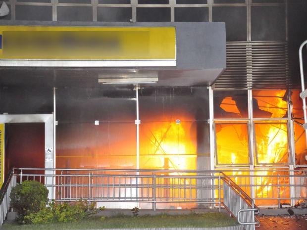 Incêndio ocorreu em uma agência bancária de Sertanópolis (Foto: Portal Sertanópolisnews)