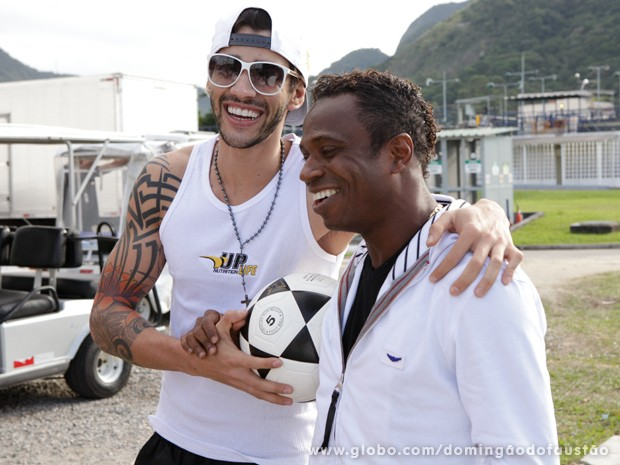 Gusttavo Lima e Edílson se divertem antes do ensaio (Foto: Domingão do Faustão / TV Globo)