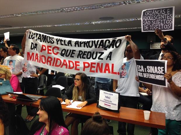 Manifestantes favoráveis à redução da maioridade penal no plenário da Comissão de Constituição e Justiça da Câmara (Foto: Renan Ramalho / G1)