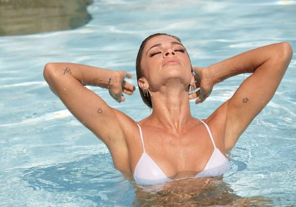 Grazi Massafera se refresca na piscina (Foto: Juliana Coutinho/Divulgação)