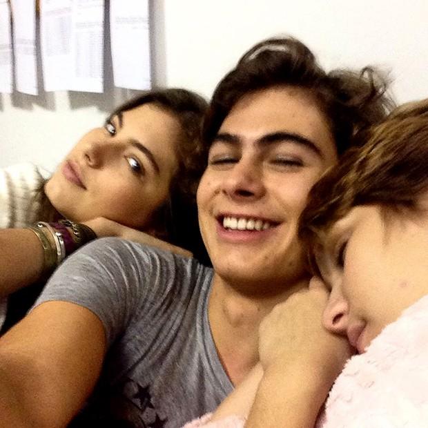 Pedro com Bianca e Karina? kkkk Tirou onda!!! (Foto: Malhação / TV Globo)