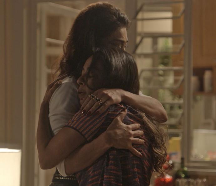 A notícia da intimação chega quando Carol conversa com Dorinha sobre adoção (Foto: TV Globo)