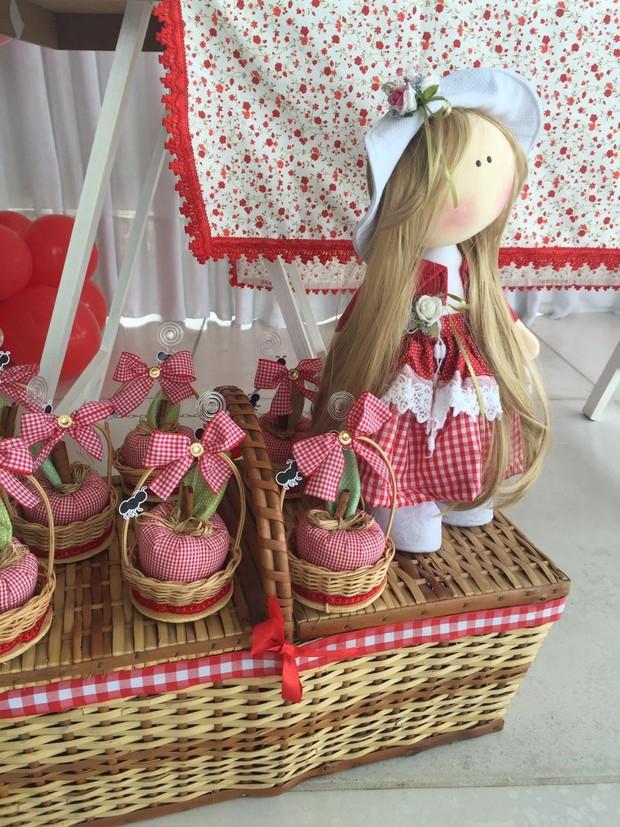 Detalhe dos doces e decoração do mesversário de Maria Flor (Foto: Lorena Duque Festas/Divulgação)