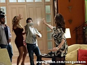 A beata joga spray de pimenta em Brunettý (Foto: Sangue Bom/TV Globo)
