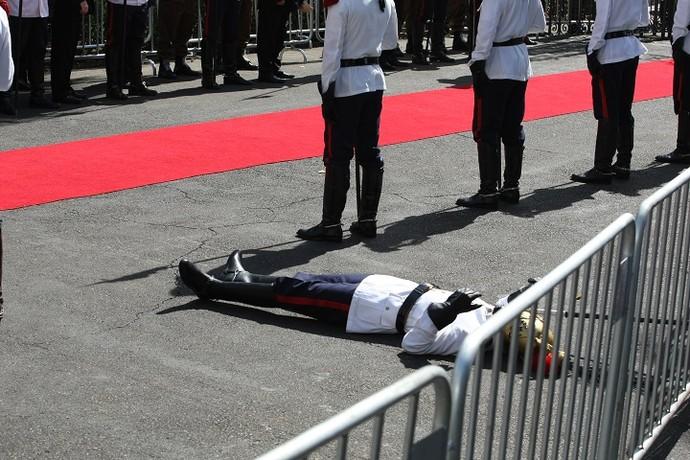 Militar desmaia durante velório do ex-presidente Itamar Franco (Foto: Jorge Araújo)