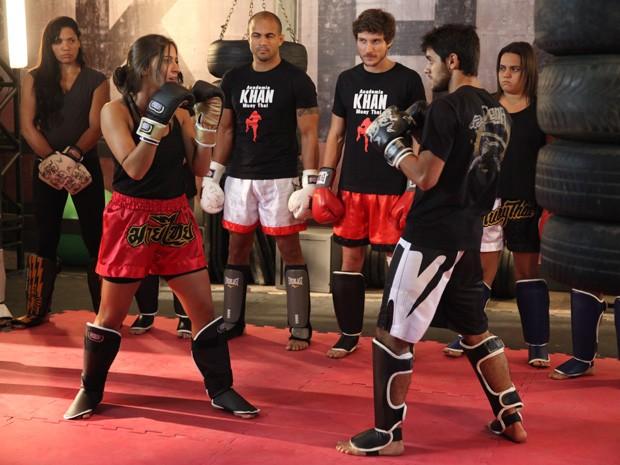 Nat luta de igual para igual com os cara da Khan (Foto: Pedro Curi / TV Globo)