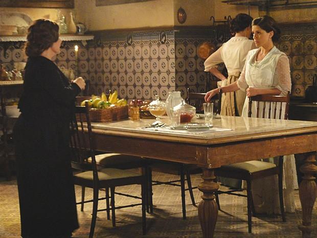 Eulália pressiona Sandra para fisgar Teodoro (Foto: Lado a Lado / TV Globo)