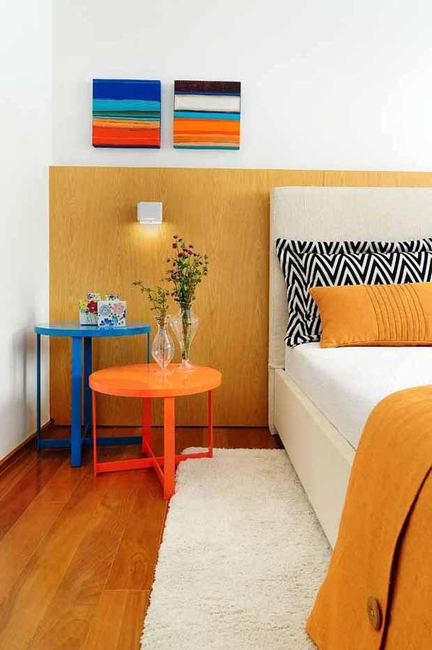 Quarto | Cama e cabeceira da Loja Quarto&etc. Mesas laterais redondas à venda na Brentwood. Tapete By Kamy. Roupa de cama da Casa Mineira (Foto: Sidney Doll/Divulgação)