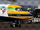 Azul faz homenagem e pinta avião com as cores do capacete de Senna