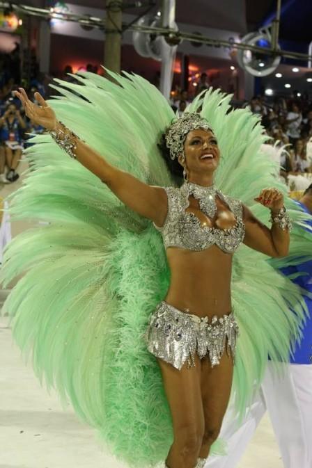 A foto de outros carnavais mostra que não é por acaso que Luiza tem o título de musa máxima do Carnaval (Foto: Divulgação)