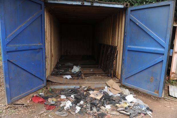 Roupas e sapatos que podem ser de pessoas desaparecidas são vistos à beira de um galpão perto de Ibadan, Nigéria (Foto: Pius Utomi Ekpei/AFP)