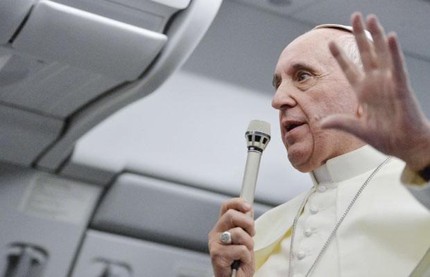 O Papa Francisco durante a entrevista coletiva nesta segunda-feira (29) a bordo do avião que o trouxe do Brasil (Foto: Reuters)