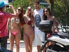 José Loreto é cercado por fãs de biquíni na praia