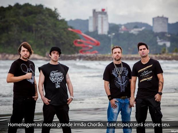 Integrantes da banda fazem homenagem ao vocalista (Foto: Divulgação/ Murilo Moser)