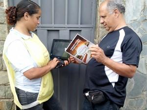 Pesquisadora entrevista morador (Foto: Divulgação)